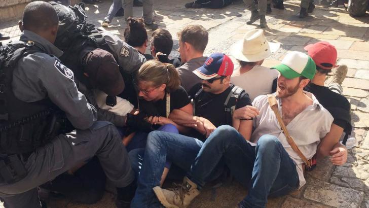 الاحتلال يعتقل متضامنين أجانب ونشطاء وصحفيين جنوب الخليل