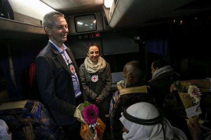 """أهالي أسرى غزة يتوجهون لزيارة أبنائهم في """"نفحة"""""""