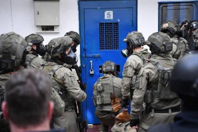 """قوات القمع تقتحم قسم الأسرى في """"عسقلان"""""""