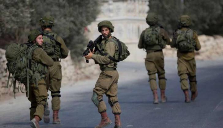 الاحتلال يعتدي على شابين ويعتقل طفلا في الخليل