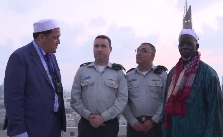 شاهد| رجل دين من دولة عربية يعانق جنودا إسرائيليين ويدعو لهم بالنصر