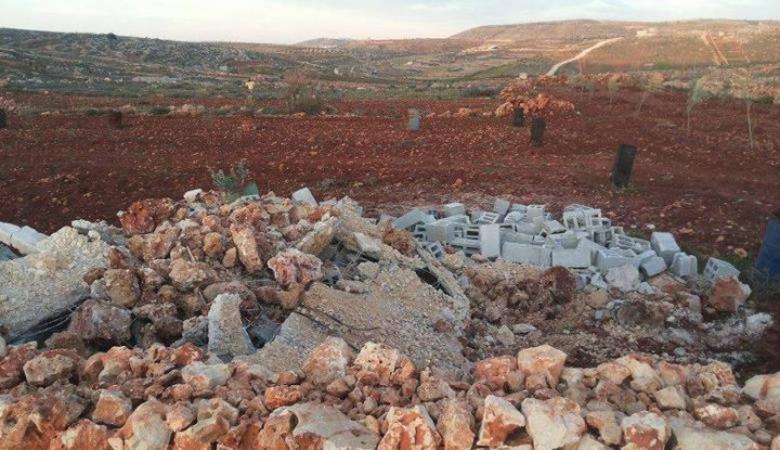 قوات الاحتلال تهدم غرفة زراعية ويدمر أشجارا جنوب نابلس