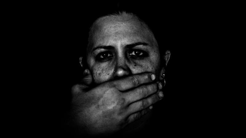 ضابط عراقي يغتصب فتاة بعد خطفها من خطيبها و الإعتداء عليه