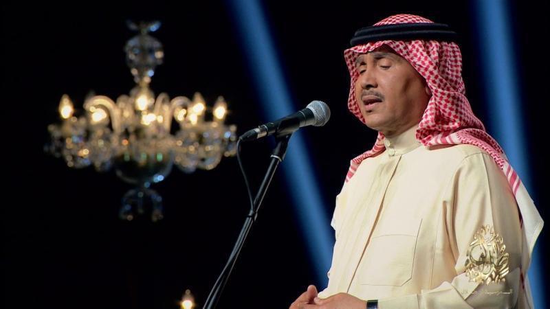 شاهد| محمد عبده يتعرض لموقف مضحك على المسرح.. ورد فعله الأمثل