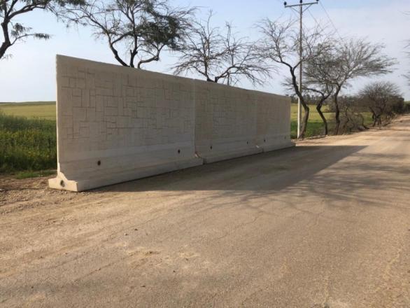 """خشية من """"الكورنيت"""".. إسرائيل تبدأ بإنشاء ستار أمني بغلاف غزة (صور)"""