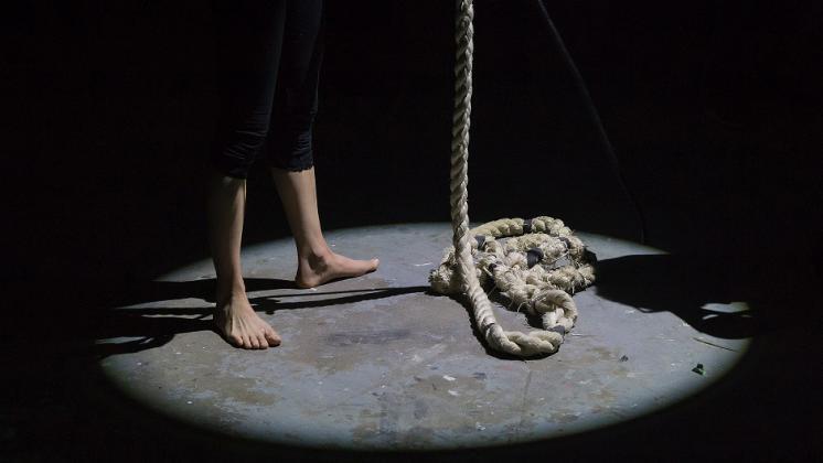 """وفاة طفل في بلدة """"علار"""" على رقبته آثار حبل"""
