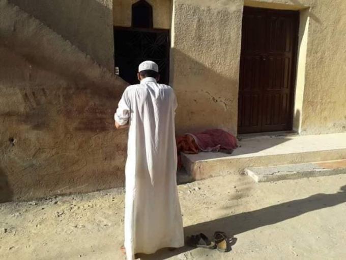 بالصور.. مضطرب نفسيا يستخرج جثة والدته بعد وفاتها ويصطحبها للمسجد