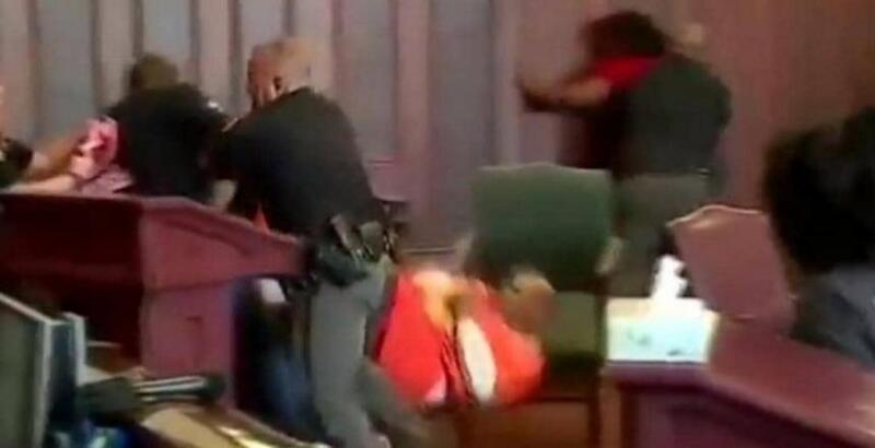 بالفيديو.. أميركيان ينتقمان من قاتل أمهما داخل المحكمة