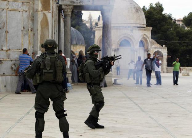 قوات الاحتلال تعتدي على مسيرة منددة باقتحامات المستوطنين