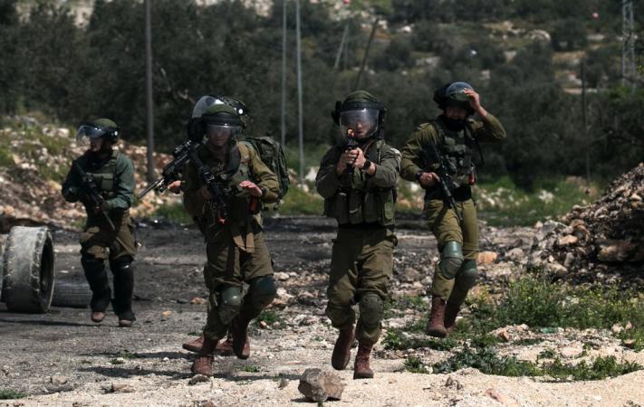 قوات الاحتلال تصيب فلسطيني وزوجته وتعتقله شمال طولكرم
