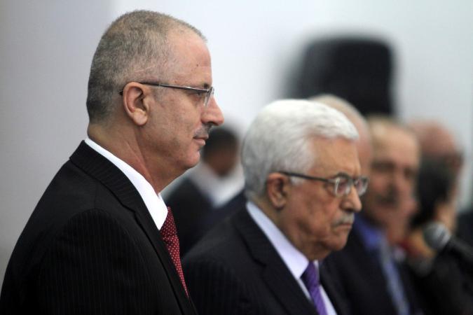 الرئيس عباس يقرر إلزام رئيس ووزراء الحكومة السابقة بإعادة مبالغ مالية