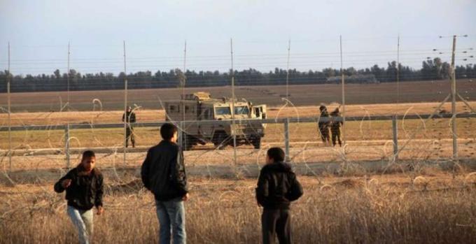 الاحتلال يطلق النار على فلسطينيين بزعم اقترابهم من السياج شمال القطاع