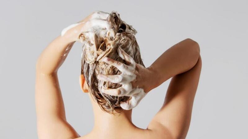 لا تربطي شعرك عند الاستحمام