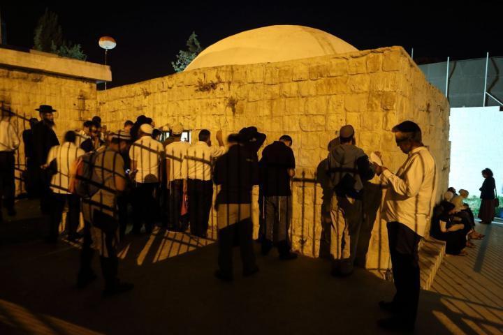 مستوطنون يقتحمون قبر يوسف شرق نابلس