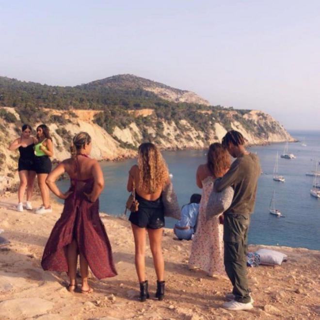 أبناء عمرو دياب وزوجته يقضون إجازتهم في إسبانيا (شاهد)