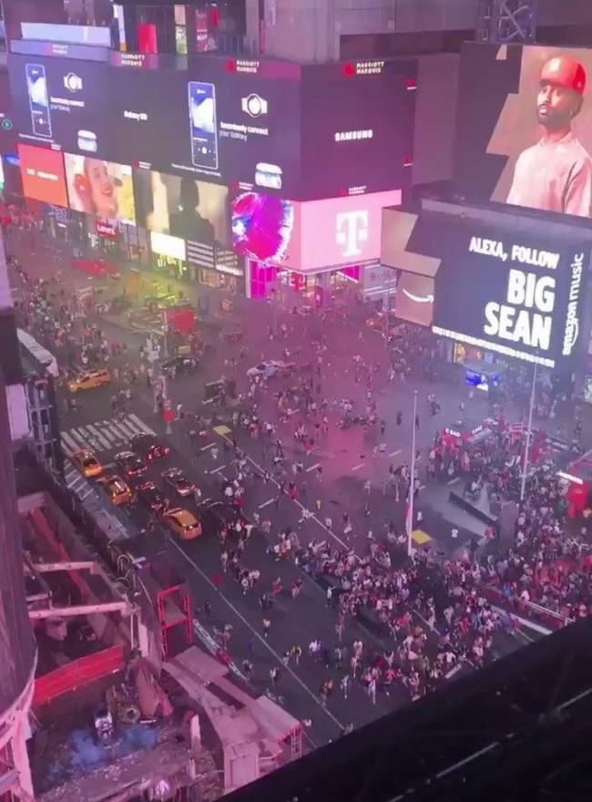 فيديو الرعب الأعمى.. فزع وهروب مجنون في نيويورك والسبب لا يصدق