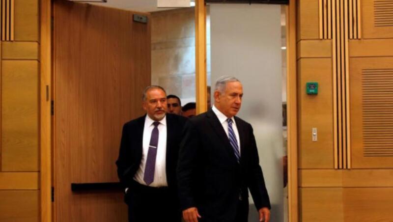 """وصفه بـ """"القائد الضعيف"""": ليبرمان يواصل هجومه الحاد على نتنياهو"""