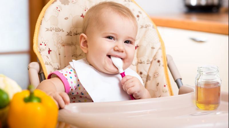 منها الحليب والعسل.. 15 طعامًا تضر بصحة طفلك