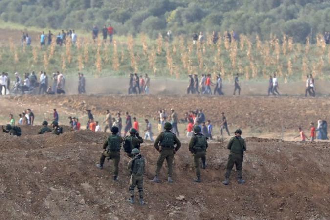 شبان ثائرون يقتحمون بوابة النمر شرق دير البلح