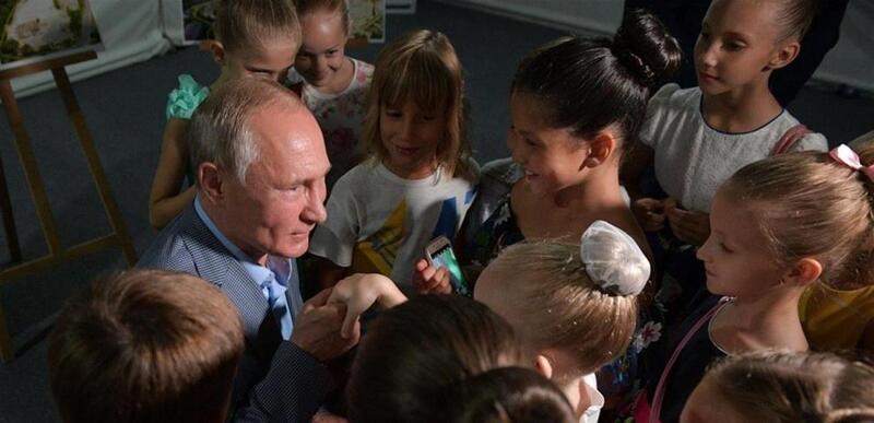 شاهد.. بوتين يقبل يد فتاة ويثير الجدل