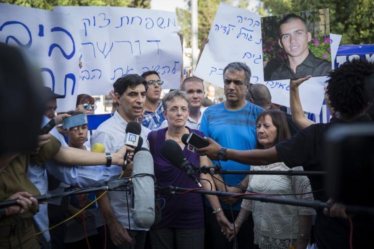 عائلة هدار جولدن تواصل التظاهر على حدود غزة