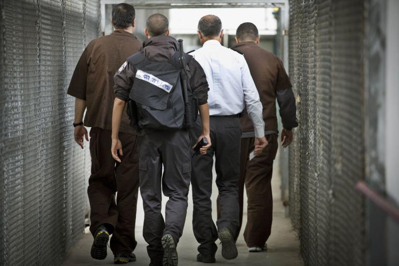 5 أسرى يدخلون أعوامًا جديدة في السجون الإسرائيلية