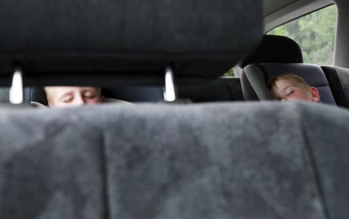 غرامة لمن يترك طفله وحيدا في السيارة.. هذه التفاصيل