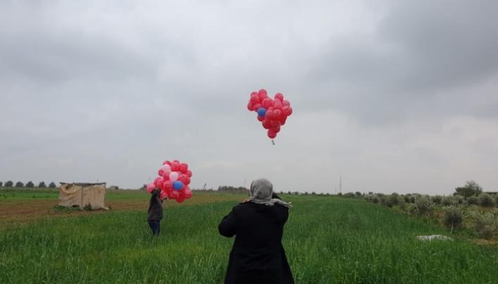 صحيفة: إطلاق البالونات من غزة جاء بسبب عدم إحراز تقدم في التفاهمات