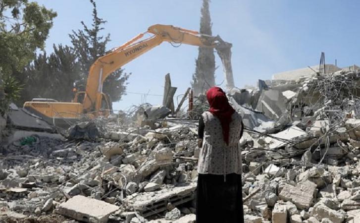 الاحتلال يهدم مبنى قيد الإنشاء ويخطر بهدم منجرة في جنين