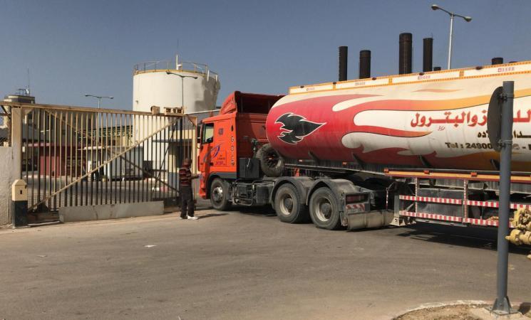 موقع عبري: الجميع ينتظر تحولاً هذه الليلة بقضية توقف إدخال الوقود لغزة