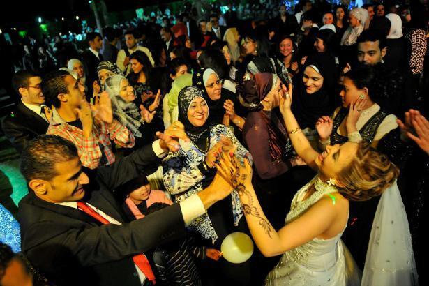 """مصر.. استقبال مدعوي حفل زفاف برشهم بـ """"ماء النار""""!"""