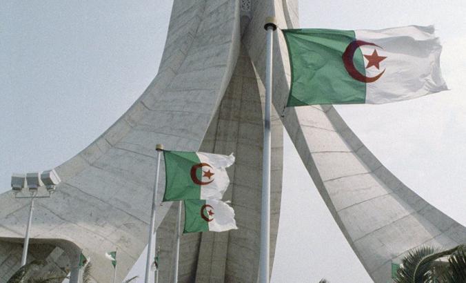 الجزائر.. أربعيني يقتل مراهقة ويحاول الانتحار