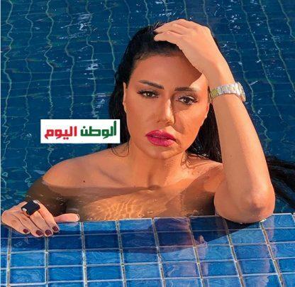 شاهد| مايوه لا يظهر وميك آب كامل.. رانيا يوسف تستعرض جمالها داخل حمام السباحة