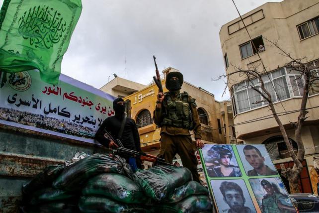 صحيفة تكشف عن سبب تعليق مباحثات صفقة التبادل بين حماس والاحتلال الإسرائيلي