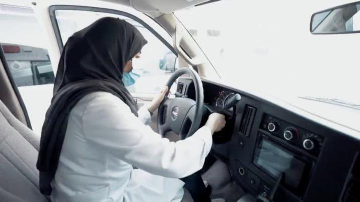 هذه أول سيدة تقود سيارة إسعاف في السعودية (صور)