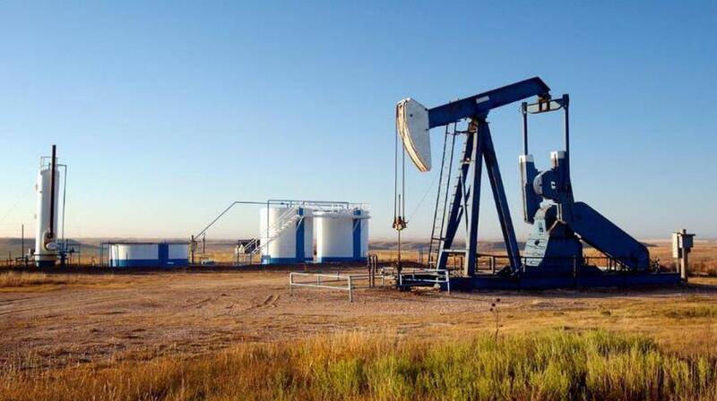 النفط يتماسك قرب 44 دولارا ويتجه صوب انخفاض أسبوعي بفعل مخاوف الطلب