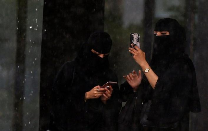 سعودیة تكشف تعرضها للتحرش من عمال البقالة