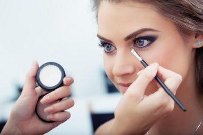 لإطلالة أكثر جاذبية.. 5 حيل بسيطة لتوسيع العينين بالمكياج