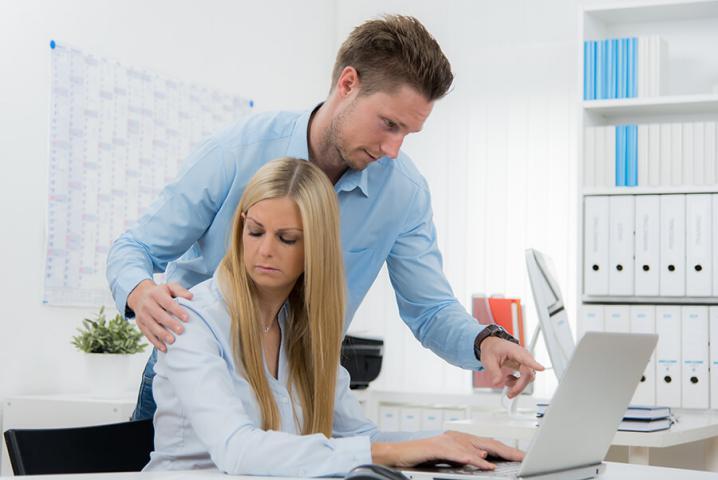 رجل أعمال تحرش جنسياً بموظفة.. والأخيرة تفضحه!