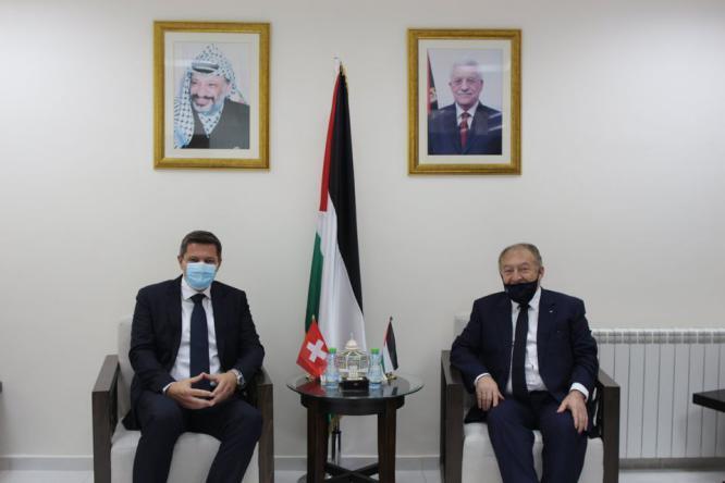 وزير الاقتصاد وممثل سويسرا لدى فلسطين يبحثان تطوير العلاقات