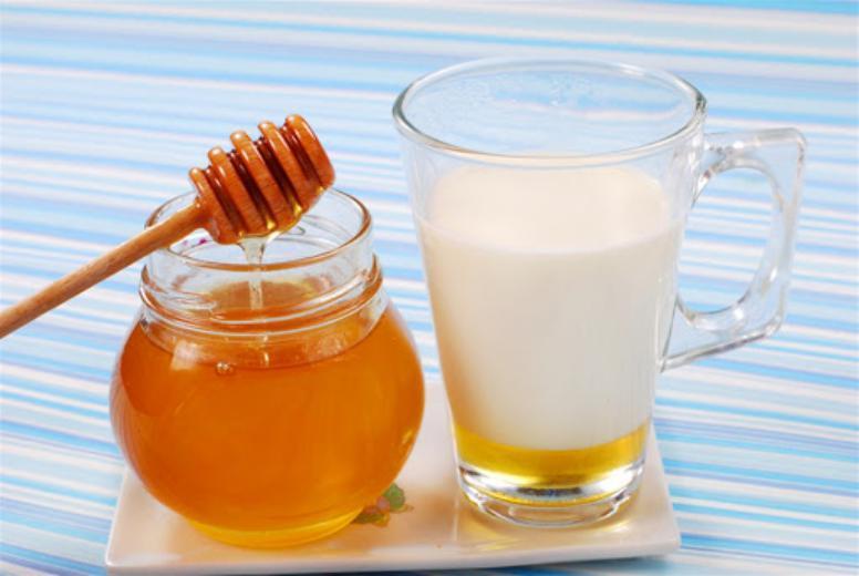 7 فوائد صحية مذهلة لشرب العسل مع الحليب على الريق