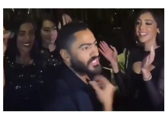 شاهد بالفيديو.. ماذا فعل تامر حسني مع معجب اقترب من زوجته وتلصص على صدرها المكشوف خلال حفلة رقص!