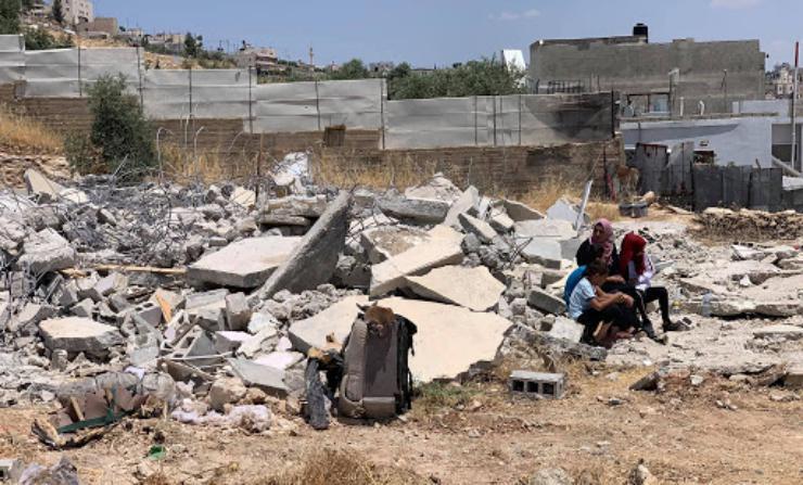 """السلطات الإسرائيلية تسلم عشرات الإخطارات بوقف العمل في منشآت بـ """"قرية قلنديا"""""""