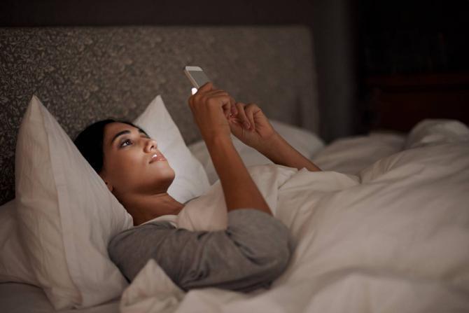 ما هو سر الإدمان على تمرير شاشات الهواتف الذكية ؟