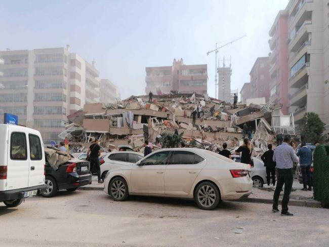 شاهد لقطات مخيفة من زلزال تركيا العنيف.. لحظة انهيار أبنية ومياه تغمر الشوارع