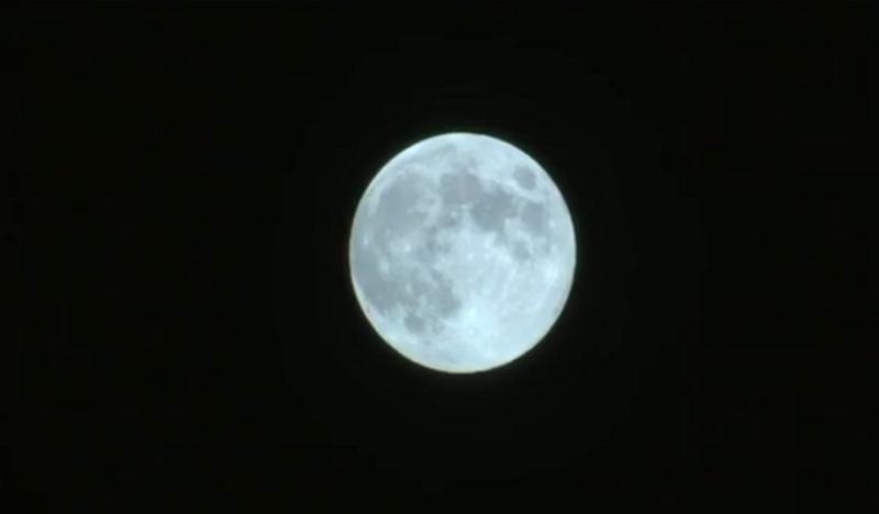 """ظاهرة فلكية.. """"القمر الأزرق"""" في سماء الأرض"""