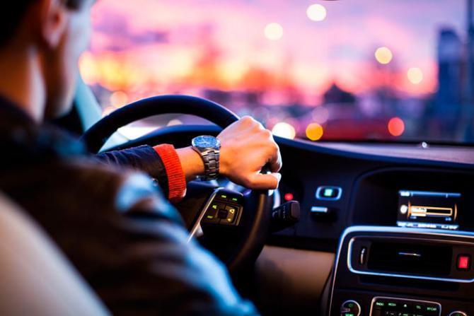 يقع فيها حتى المحترفون.. أخطاء شائعة في قيادة السيارة (شاهد فيديو)