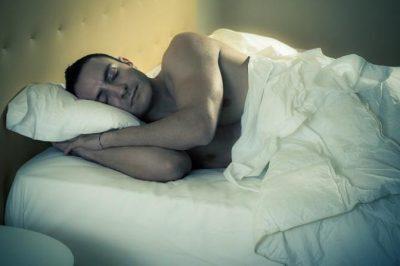 بعيداً عن الجـنـس.. لهذا يجب أن ينام الرجل عـارياً جانب زوجته!