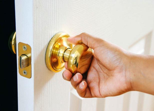 دراسة جديدة تؤكد: مقابض الأبواب والأسطح لا تنقل فيروس كورونا