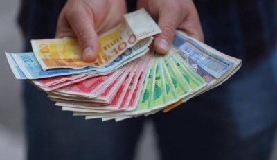 مصدر يكشف موعد ونسبة صرف رواتب الموظفين في قطاع غزة والضفة الغربية